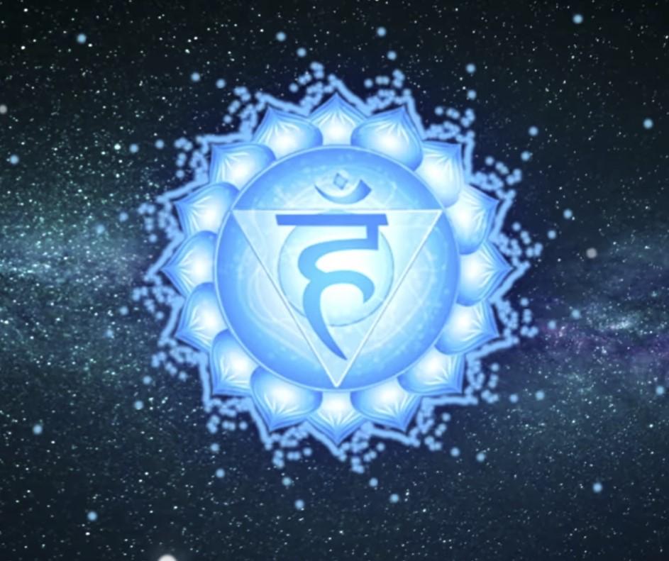 Vishuddha Çakra - Boğaz Çakrası  Beşinci çakra, Vishuddha Çakra, gırtlağın merkezinde, boğazın altında bulunur. Bu çakranın Boğaz Çakrası olarak da adlandırılmasının nedeni budur. Bu çakranın yönettiği enerji unsuru etkili iletişimdir. Aynı zamanda ilham ve ifadeyi temsil eder. Vishuddha Çakra hem sözlü hem de beden diliyle güçlü bir bağlantı kurar.